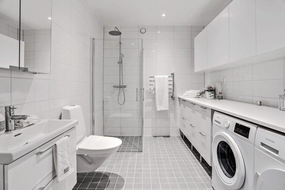 Stort badrum med tvättavdelning och gott om förvaring (bild från visningslägenhet 4:a om 116 kvm)