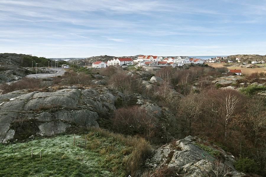 Tomt 1:265 närmst i bild, blickar mot havet och in mot Skärhamn.