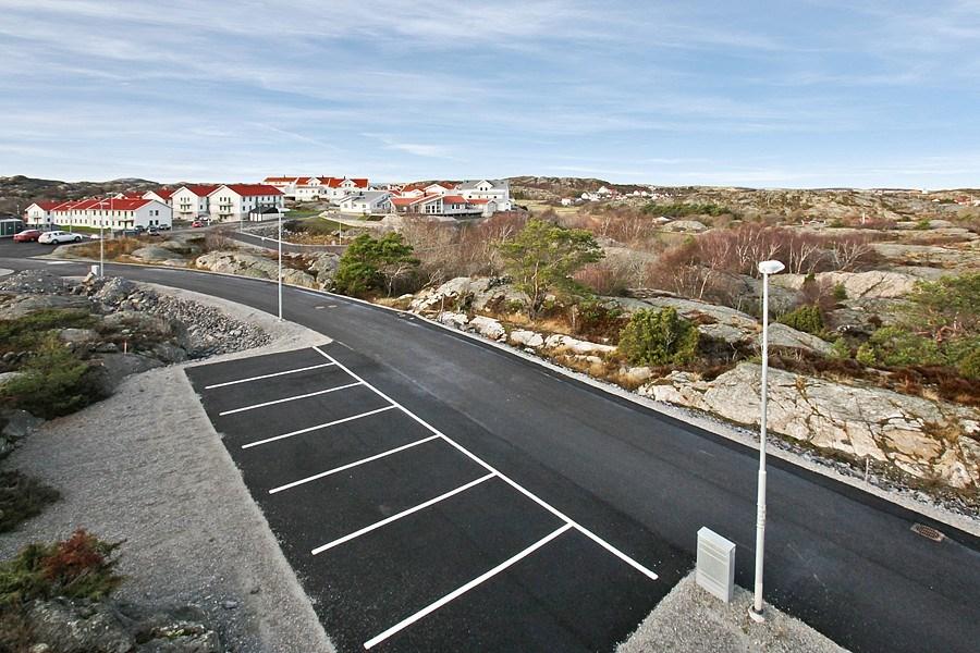 Iordningsställd infrastruktur, belysning, gästparkering, sophantering, etc. - asfalterat och klart.