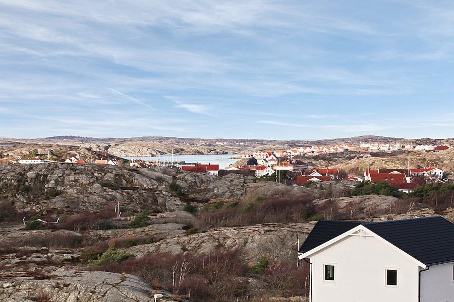 Vacker vy över Skärhamn med samhällskärna och inre hamn.