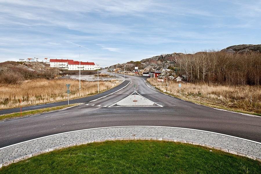Välkommen upp till Nordviksberg. Rondell säkrar in- och utfartstrafik till området.