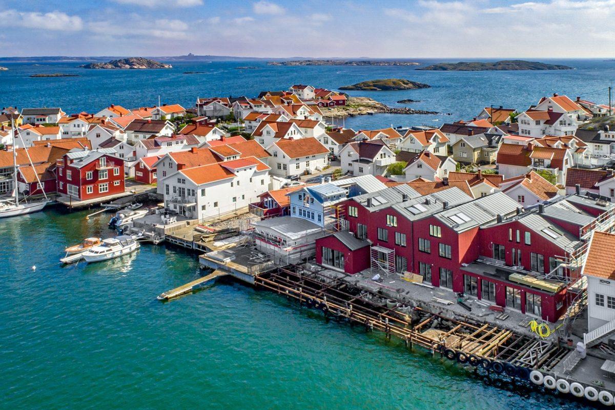 Närheten till Marstrand påminns av Carlstens fästning som tronar i bakre fond