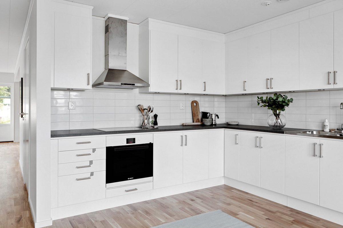 Stilrent kök med plats för matbord