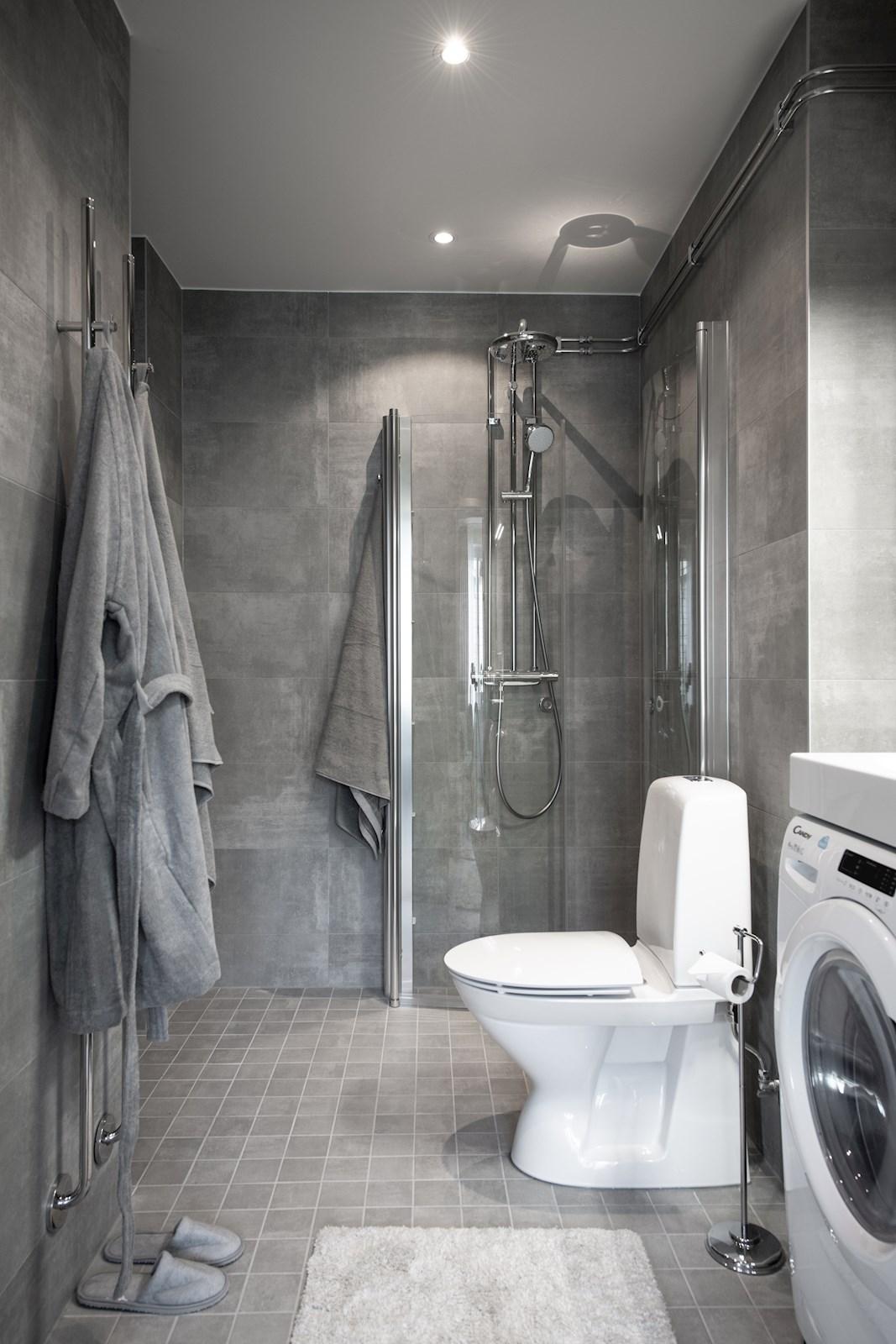 Exklusivt badrum med värmegolv, takdusch med glasdörrar, dubbla handdukstorkar samt tvätt och tork