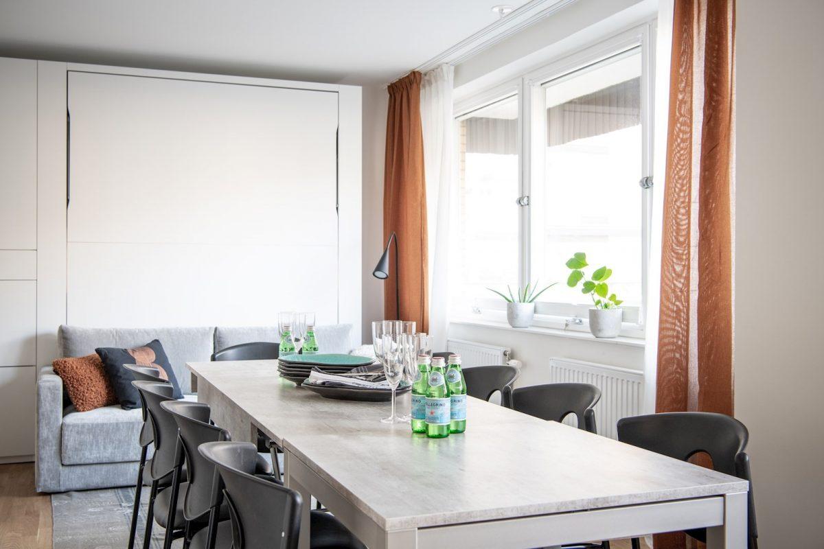 Expanderbart soffbord och matbord bildar långbord för upp till 12 personer