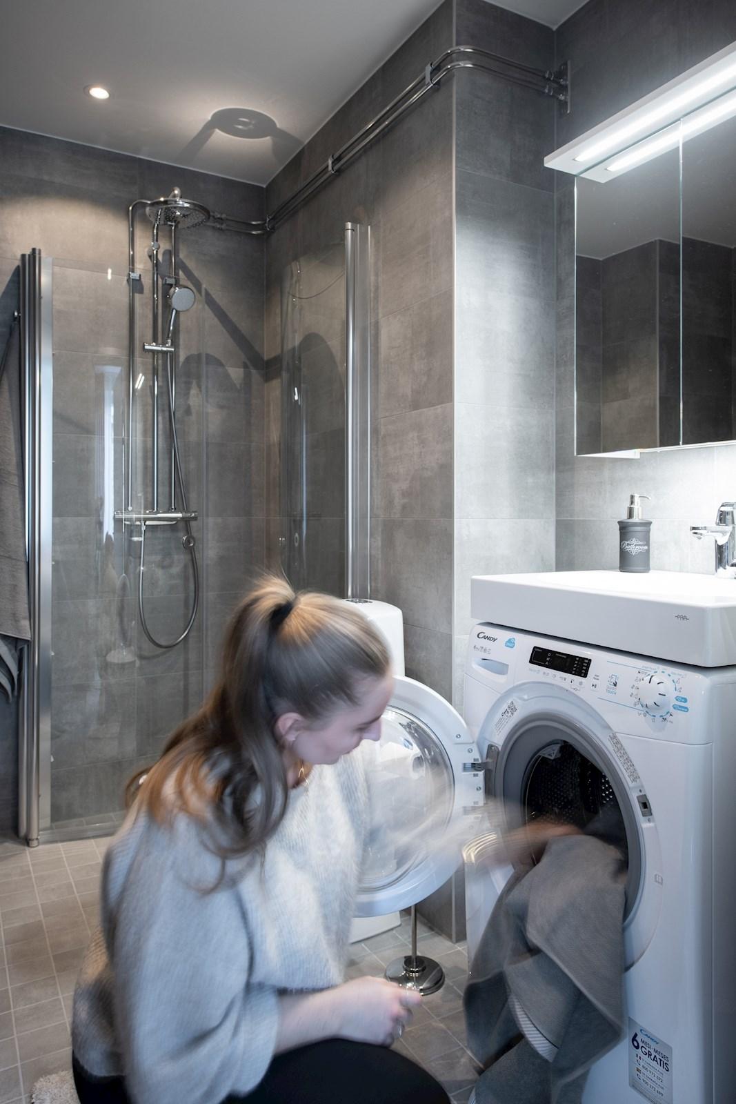 Kombimaskinen är placerad under handfatet för att ge badrummet plats för mer förvaring