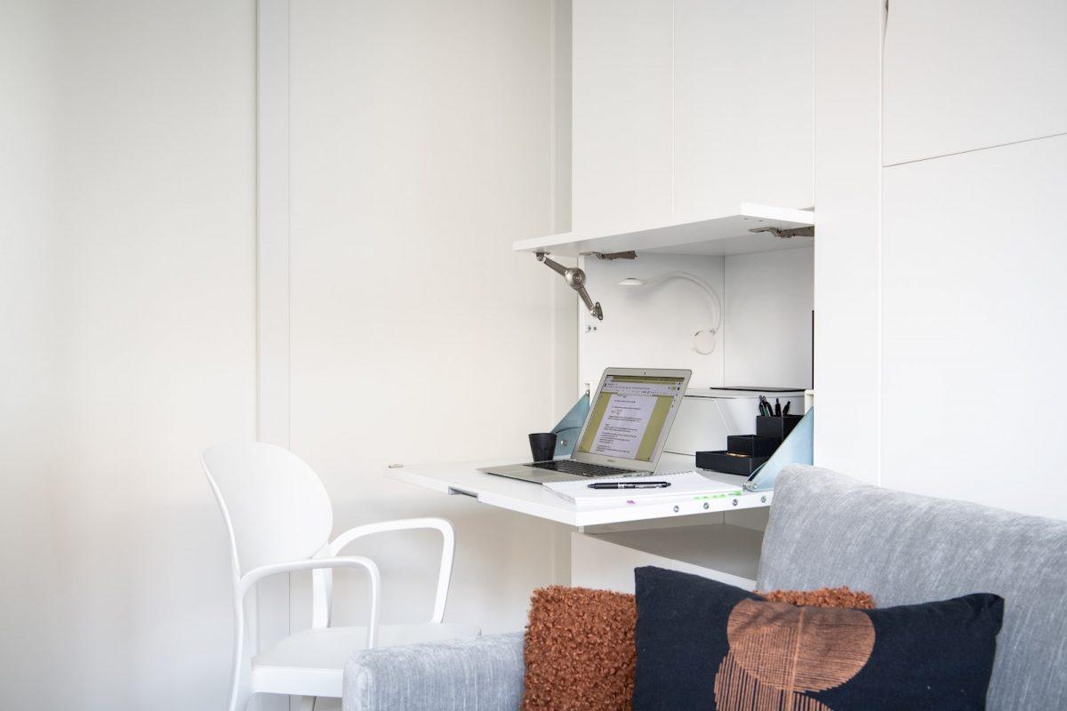 Kontoret är utrustat med LED-belysning med dimmer, plats för laptop, skrivare samt stor skärm