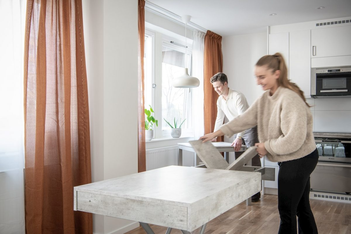 Matbordet är expanderbart och soffbordet höj-, sänk- och expanderbart och går att koppla ihop